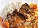 Рецепта Задушени телешки пържоли от шол с лук, гъби, чушки и моркови и ароматен доматен сос в тенджера